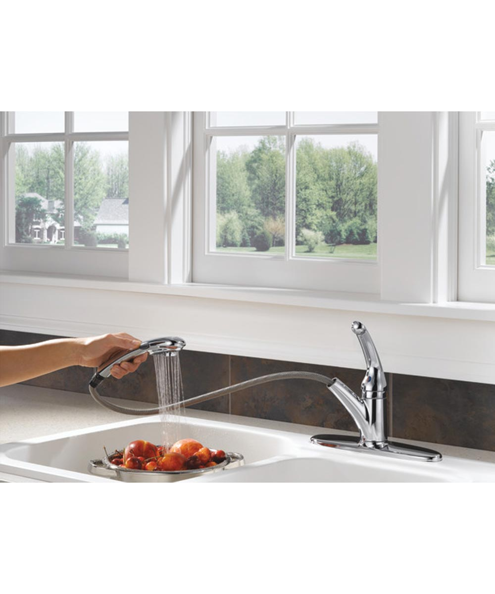 Delta Signature Single Handle Pull-Out Kitchen Faucet with DIAMOND Seal Technology